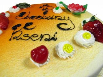 Tort okolicznościowy z bitej śmietany