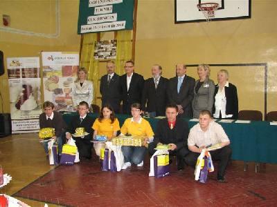 Pierwsza szóstka nagrodzonych uczniów w towarzystwie organizatorów konkursu