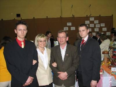 Pani Dorota Kaczmarek i Przemyslaw Kuczora z uczestnikami konkursu