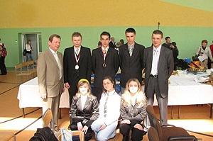 Nasi medalisci z mistrzami i uczniami z 1 klasy którzy im kibicowali