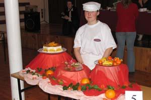 """Praca Domiceli: tort pomarańczowy, róże z karmelu, figurki z marcepanu """"smoki"""""""
